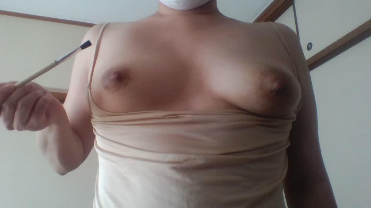 素人淫乱女性の動画投稿!敏感乳首を筆でナデナデして勃起させていく…
