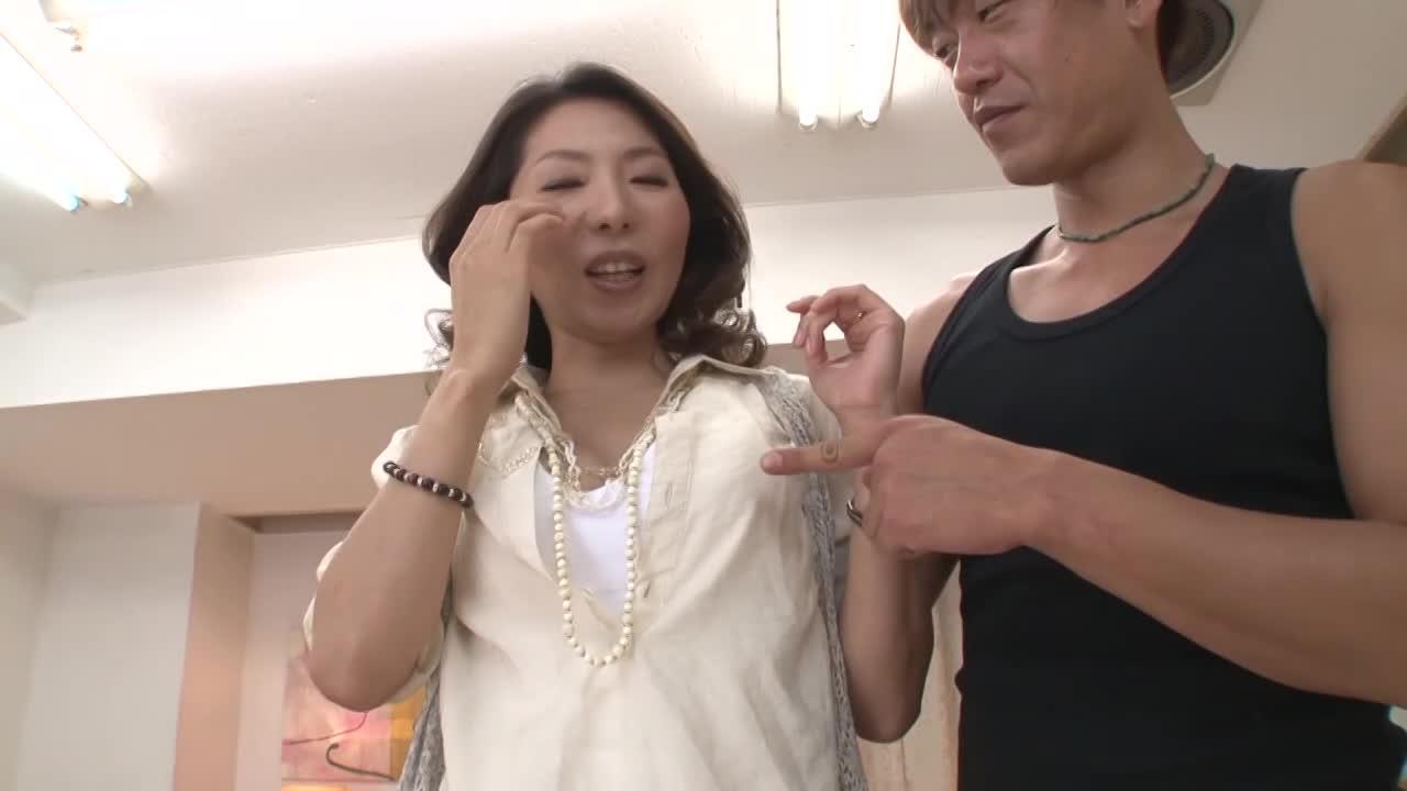 【初撮り】胸の谷間を強調させてヤル気満々な40代人妻ナース