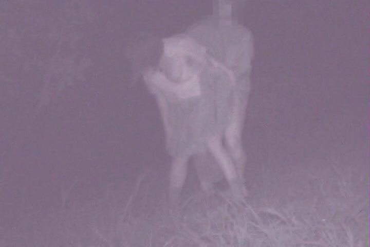 【盗撮動画】真夜中の公園のド真ん中で野外SEX...